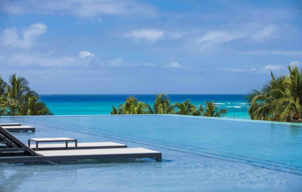 Image of the infinity pool at the Alohilani Resort in Waikiki.