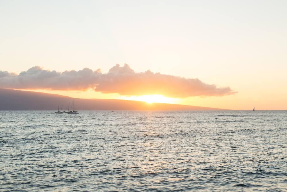 Lên du thuyền ngắm hoàng hôn Maui để ngắm nhìn khung cảnh tuyệt đẹp của mặt trời lặn sau đại dương.  Hình ảnh hoàng hôn Lahaina trên đại dương với một vài chiếc thuyền trên mặt nước.