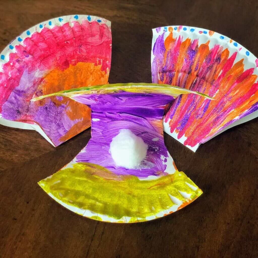 Looking for paper plate crafts for kids about the ocean? Check out this paper plate seashell craft.